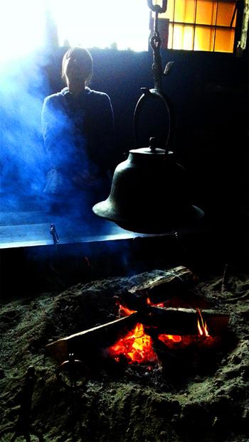 野田村にある苫屋さんの囲炉裏にて